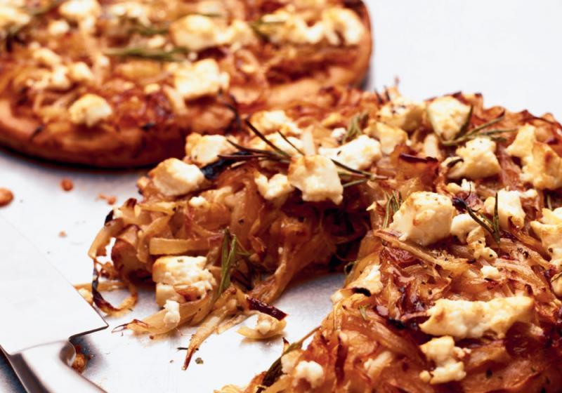 Pizza s fetou a karamelizovanou cibulí