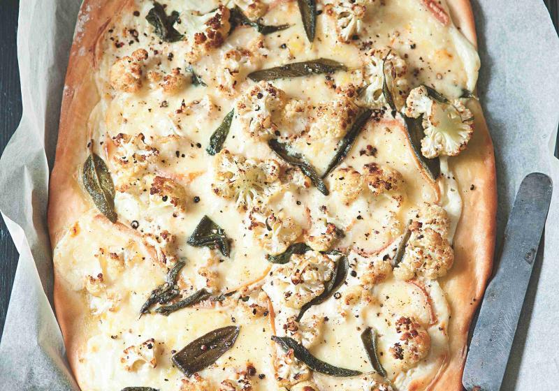 Pizza s květákem, šalvějí a sýrem Raclette