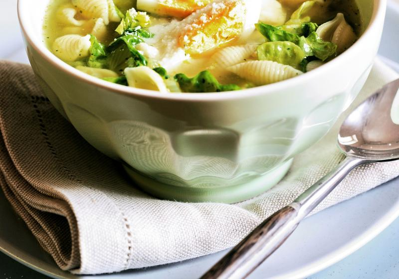 Polévka s jarním salátem