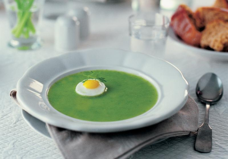 Jarní hrášková polévka s vejcem