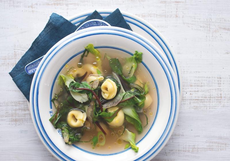 Polévka s těstovinami a jarními listy