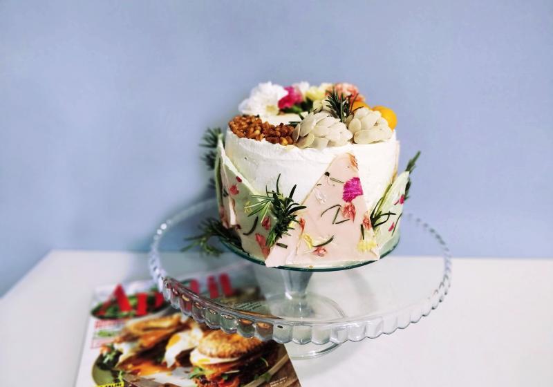 """""""Vzpomínka na italské léto"""" – Broskvový dort s bílou čokoládou, rozmarýnem, karamelizovanými piniovými oříšky a limoncellem"""