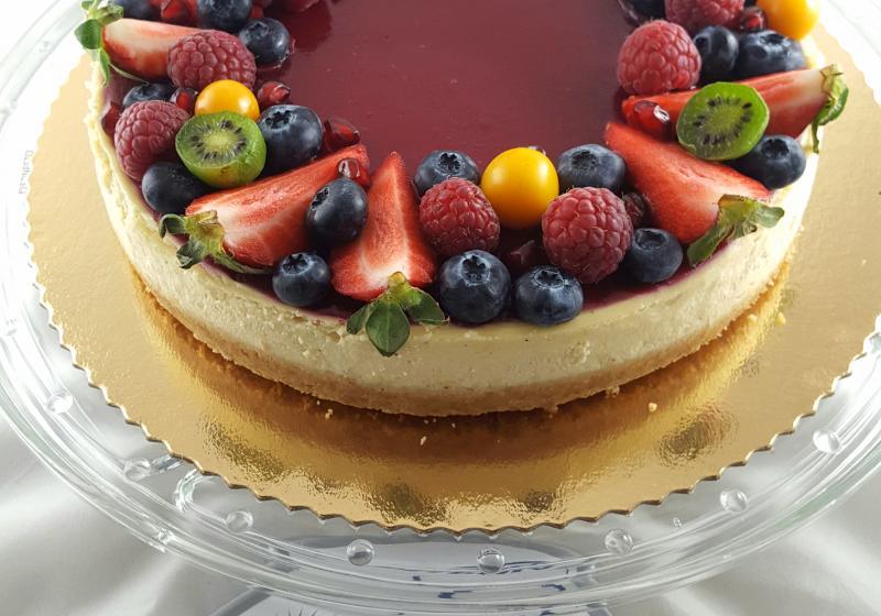 Svieži, jemne citrónový cheesecake s malinovým želé z agaru