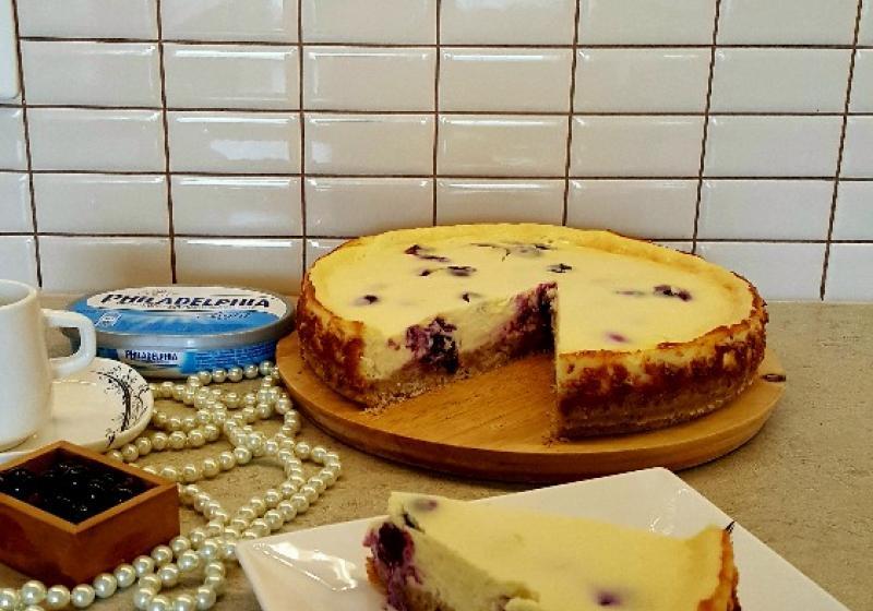 Borůvkový cheesecake s korpusem z lískových oříšků