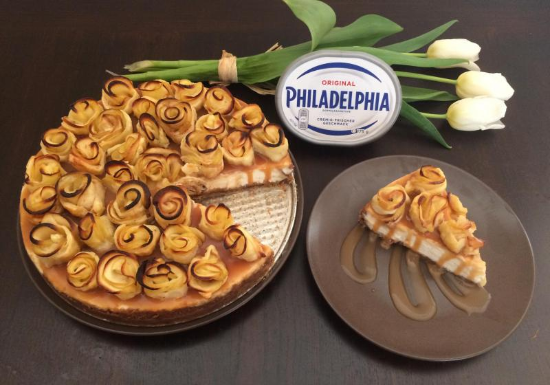 Cheesecake s jablečnými růžičkami zalitý karamelem
