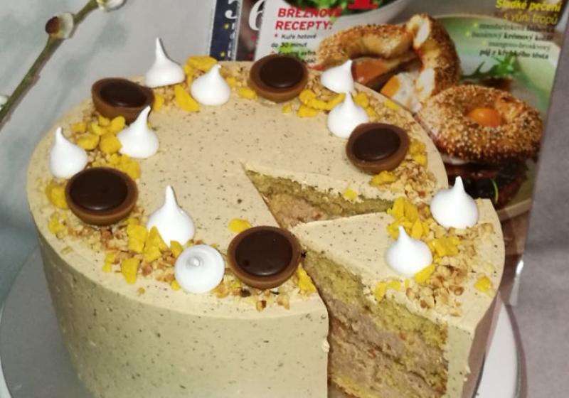 Narozeninový dort s karamelovým korpusem a lískooříškovým krémem