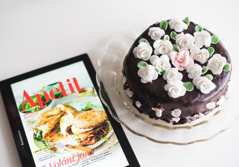 Piškotový dort zdobený mandlovými růžičkami.