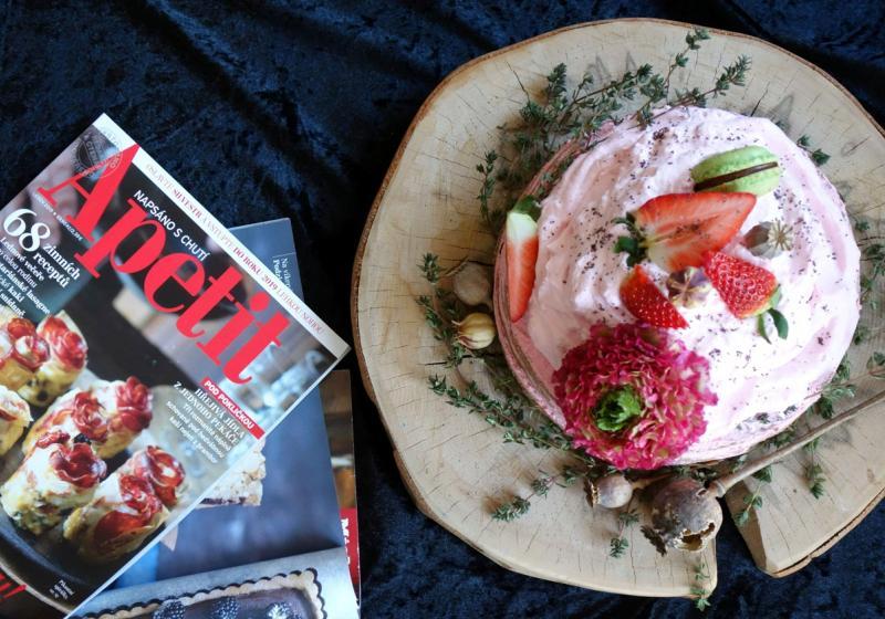 Makový dort s jahodovým krémem a tymiánem