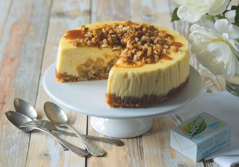 Cheesecake z Lučiny s jablky, drobenkou a karamelem