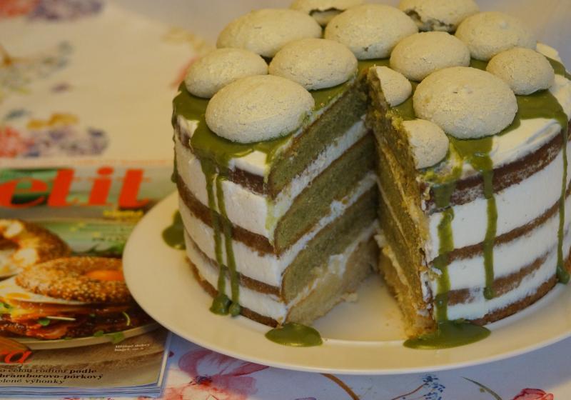 Nadýchaný matcha dort s limetkovým krémem a polevou z bílé čokolády