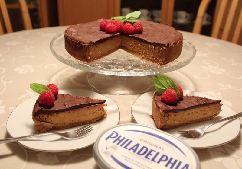 Karamelový cheesecake s malinami a mátou