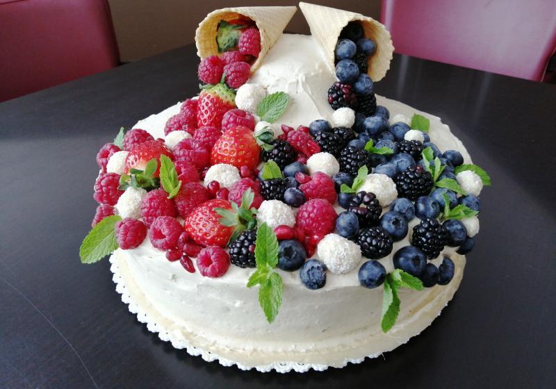 Ovocný dort s kokosovým karamelem a vanilkou k 15. narozeninám Apetit