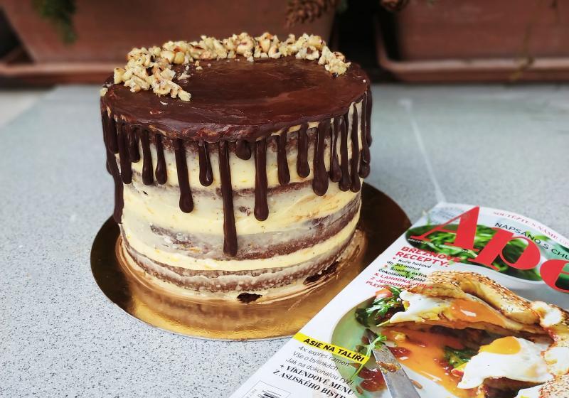 Pomerančový dort s čokoládovou polevou a slanými praženými mandlemi