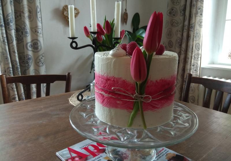 Makový dort s citronovým krémem a malinami
