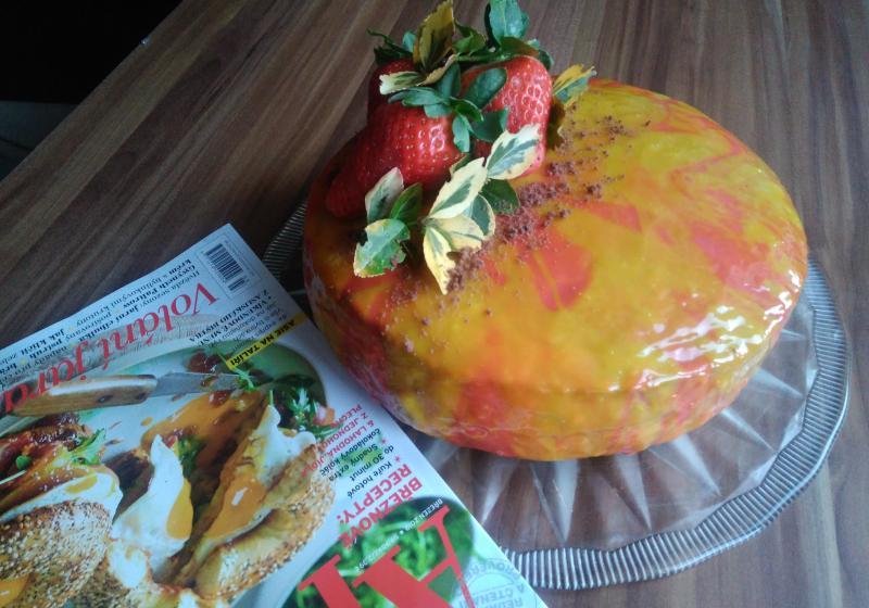 Kakaový dort s jahodami a dvěma krémy v zrcadlové polevě