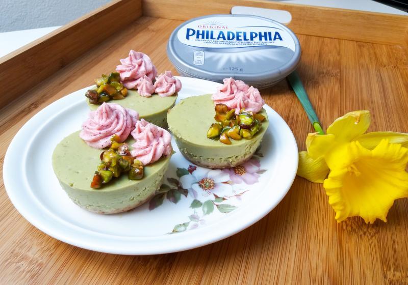 Zelené jarní minicheesecaky s čajem matcha a pistáciemi