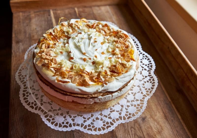 Slavnostní dort s meruňkovým džemem