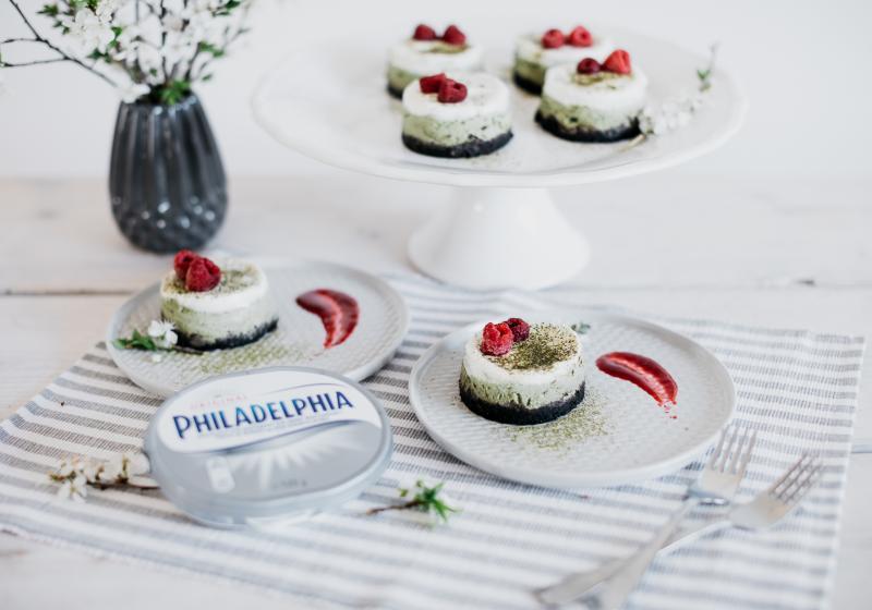 Mini cheesecaky se zeleným čajem a malinovým coulis