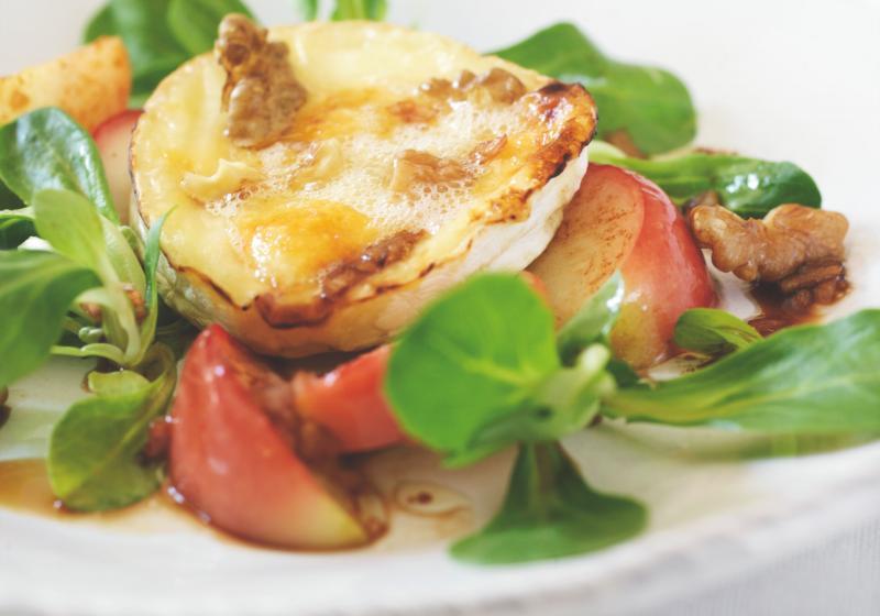 Salát s grilovaným kozím sýrem