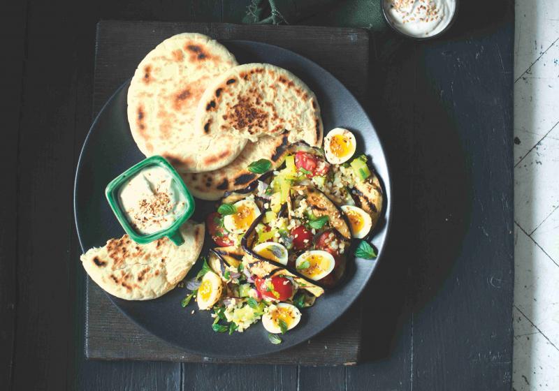 Salát s vejci a grilovaným lilkem