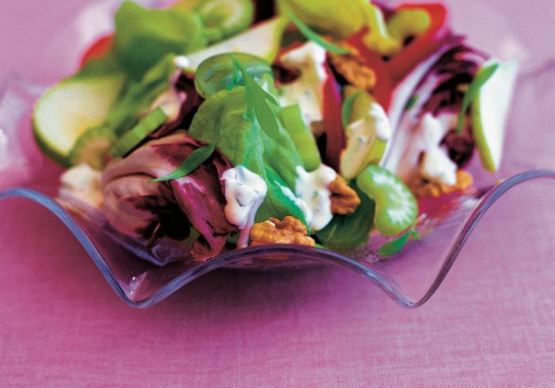 Hruškový salát s vlašskými ořechy