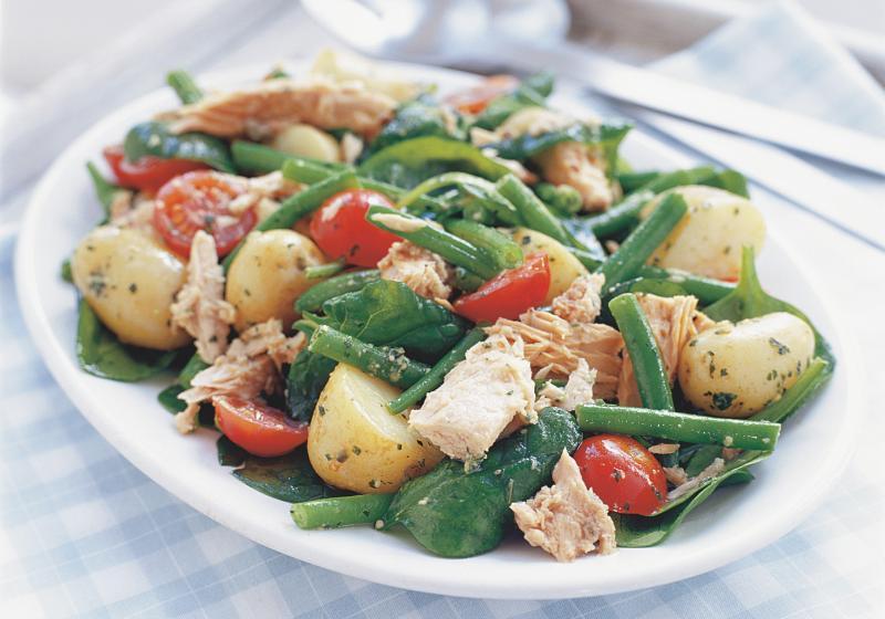Salát s bramborami, tuňákem a pestovým dresinkem