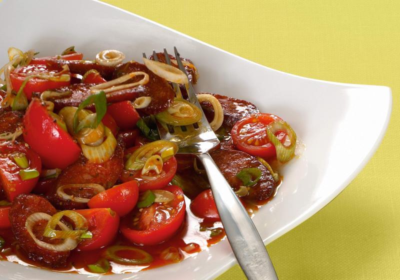 Salát z rajčat a paprikového salámu