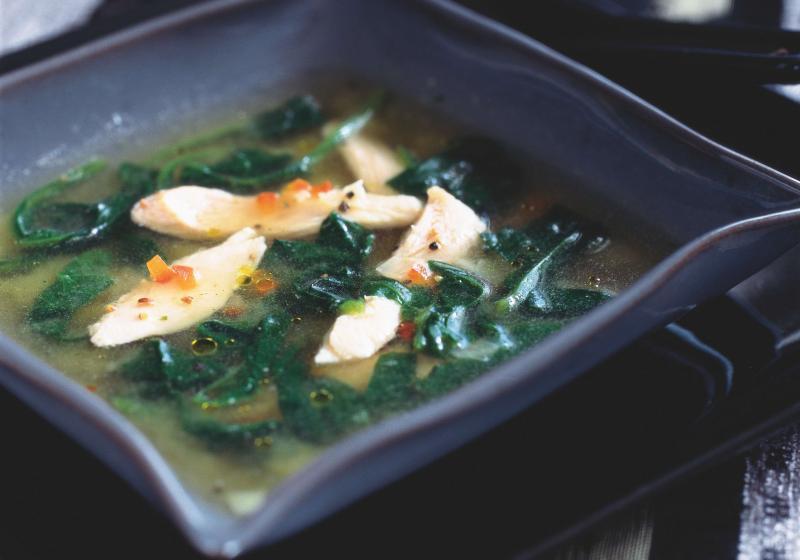 Špenátová polévka s nudličkami z kuřecího masa
