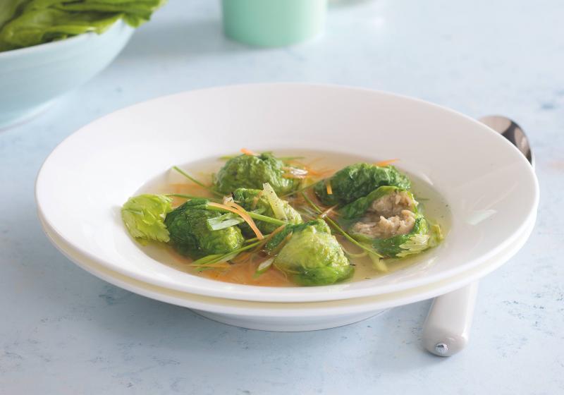 Polévka s knedlíčky v salátových listech