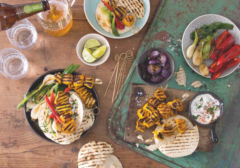 Tacos s kuřecími špízky a grilovanou zeleninou