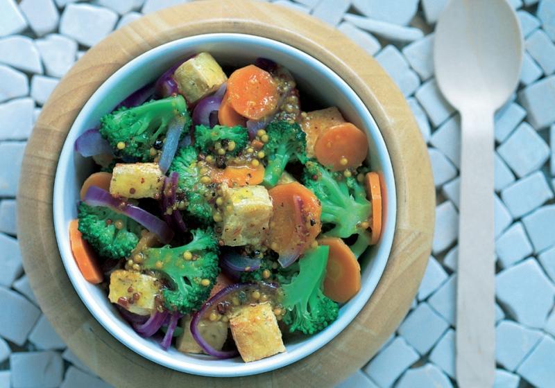 Teplý salát z napařované zeleniny a marinovaného tofu