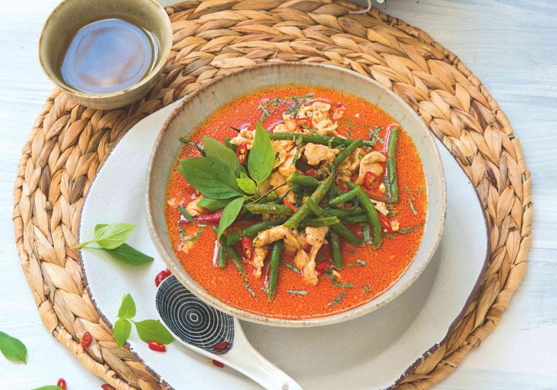 Thajské červené kari s kuřetem a fazolkami