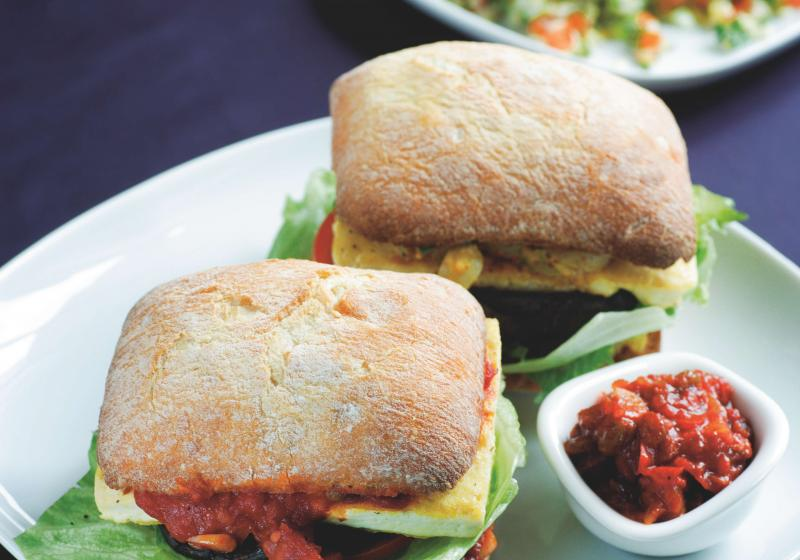Tofu burger s relishem a salátem tabbouleh