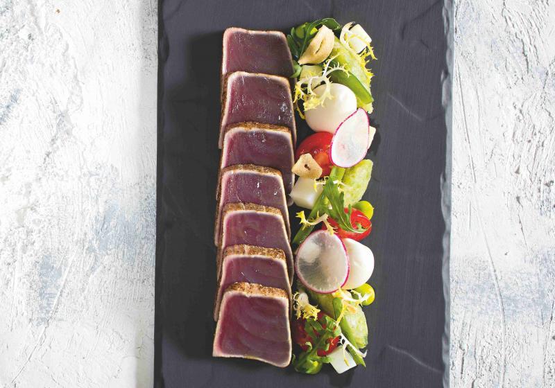 Tuňákové carpaccio s janovským salátem a křepelčími vejci