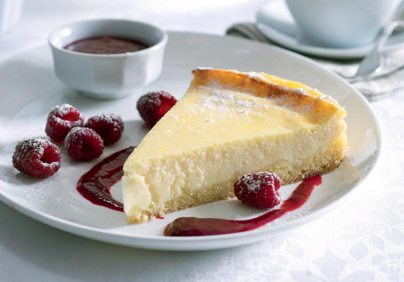 Tvarohový koláč s malinovou omáčkou