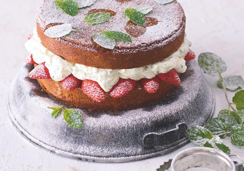 Vanilkovo-mandlový dort s mátou a jahodami