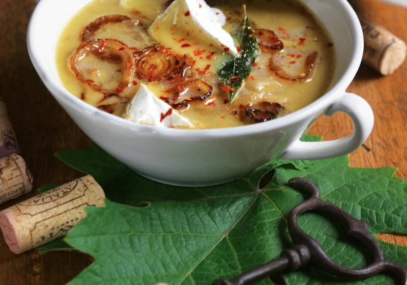 Vinná cibulová polévka