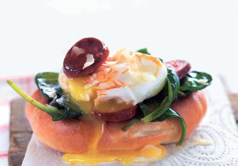 Ztracená vejce s chorizem a špenátem